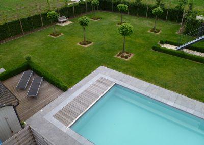 Zwembad met natuurstenen rand en rolluikbak in teak.
