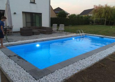 Zwembad met combinatie natuursteen en kiezel rand.