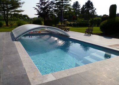 Zwembad op maat gemaakt voor reeds bestaande overkapping.