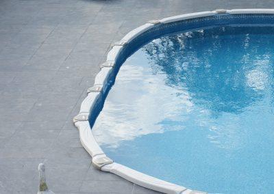 Bestaand zwembad ingebouwd en afgewerkt met terras.
