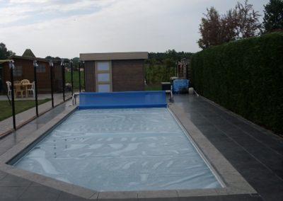 Zwembad bij ingesloten bebouwing.